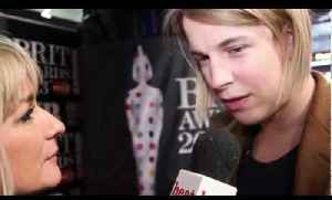 Critic's Choice winner Tom Odell talks to heat at the Brits 2013 red carpet [Video]