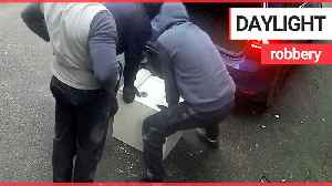 Burglars caught breaking into house before loading safe into the boot [Video]