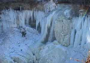 Minnehaha Falls Remain Frozen as Fresh Snow Falls in Minneapolis [Video]