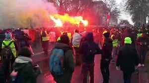 Running street battle in Paris on 10th weekend of protests [Video]