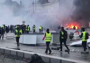 Tear Gas Used, Fires Set During Yellow Vest Protest in Angers [Video]