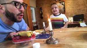 Dad entertains his kid by beatboxing with a candle flame [Video]