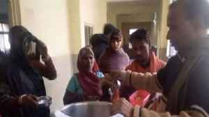 Medical Apathy : MP Guna Hospital Patients served food in their hands | Oneindia News [Video]