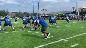Seattle Seahawks quarterback Russell Wilson hands ball off to former NFL running back Emmitt Smith at Pro Bowl practice [Video]