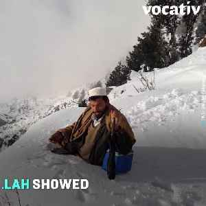 Pakistani Polio Worker Wades Through Waist-Deep Snow To Deliver Vaccines To Kids [Video]