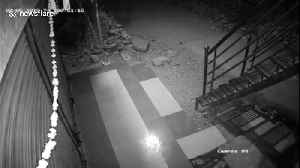 Clumsy thief fails to conceal face with head pan in robbery attempt [Video]