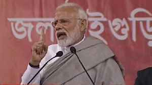 Mamata Banerjee sat on dharna 'to protect those who looted people': PM | Oneindia News [Video]