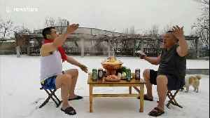 Two friends fulfill special promise of enjoying hotpot in snow [Video]