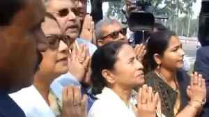 CM Mamata Banerjee offers prayer to Mahatma Gandhi to remove BJP Led Government | Oneindia News [Video]