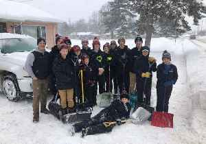 Ice Hockey Team Helps Clear Snow for Neighbors in Storm-Hit Wisconsin [Video]