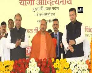 CM Yogi distributes cheques to students in Lucknow [Video]