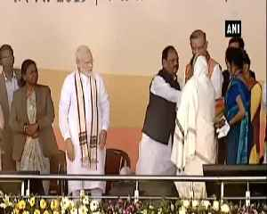 PM Modi gives beneficiaries keys of houses under PMAY [Video]