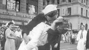 Sailor pictured kissing nurse in iconic Second World War photo has died [Video]