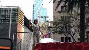 Miss Universe 2018 greeted by fans at homecoming parade in Philippines [Video]