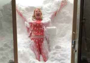 'It Looks So Inviting!' - Woman Makes 'Vertical Snow Angel' in California Snow [Video]