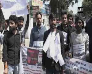 Members of NSUI polish shoes to protest against centre over unemployment [Video]