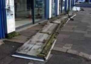 Strong Winds Cause Damage in London [Video]