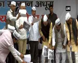 News video: AAP Party burns BJP's 2014 manifesto for U turn on full statehood for Delhi