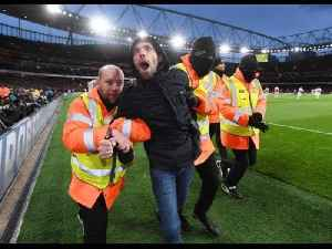 News video: WHY?? Robbie Reacts To The Pitch Invader Who Has Tarnished Arsenal's Win Over UTD!