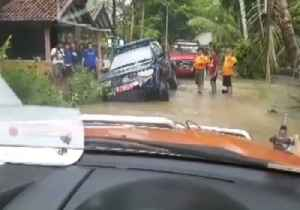 Rescues Carried Out on Flood-Ravaged Java [Video]