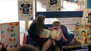Chelsea Clinton reads to children in Chicago laundromat [Video]
