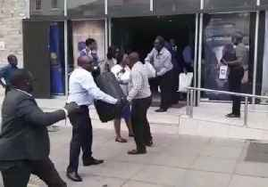 Bank Workers in Harare Help With Donations for Cyclone Victims [Video]