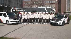 German national football team visits the Wolfsburg Volkswagen plant [Video]