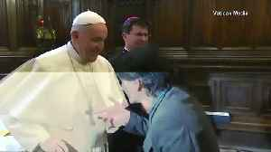 Pop Francis pulls hand away to avoid ring kissing [Video]