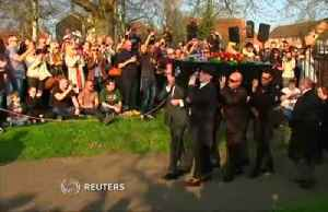 Rave fans attend the funeral for Prodigy frontman Keith Flint [Video]