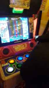 Hilarious Side By Side Gaming in Japanese Arcade [Video]