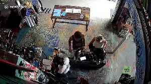 Audacious backpacker innocently strokes cat then steals shop assistant's phone in Bali [Video]