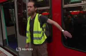 London eco-activists turn to superglue [Video]