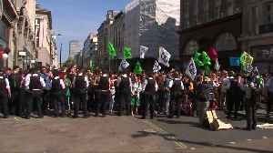 London police remove, arrest climate activists by Oxford Circus boat [Video]