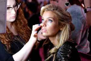 Stella Maxwell religiously 'drinks water' to avoid detox [Video]