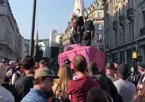 Authorities Work to Remove Pink Boat From London's Oxford Circus During Extinction Rebellion Protest [Video]