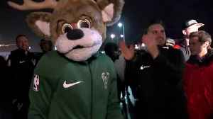 Bucks receive warm welcome from fans upon arrival to Milwaukee [Video]