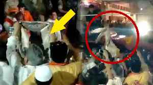 PM Modi stops cavalcade to accet shawl from a elderly man | Oneindia News [Video]