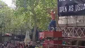 Ajax fan climbs scaffolding to lead the chanting in Leicester Square [Video]