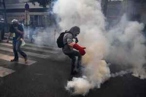 Tear gas fired during Paris May Day clashes [Video]