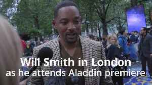 Will Smith pays tribute to Robin Williams at Aladdin premiere in London [Video]