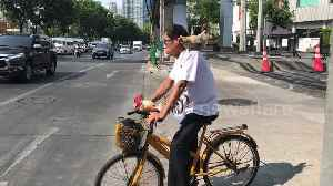 Cyclist takes chicken for a ride during morning rush hour in Thailand [Video]