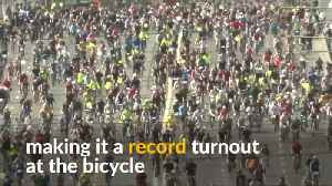 40,000 cyclists take to the roads in Moscow's bike festival [Video]
