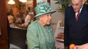 The Queen visited a supermarket with self-service checkouts [Video]