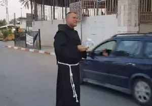 Priest Gives Away Food and Water for Muslims Breaking Ramadan Fast in West Bank [Video]