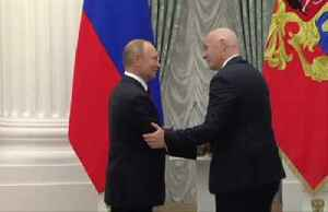 Putin honours FIFA's Infantino with state medal for 2018 World Cup [Video]