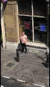 London man sings 'Shallow' from A Star Is Born in spontaneous street performance [Video]