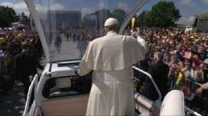 Pope Francis greets crowds in Romania [Video]