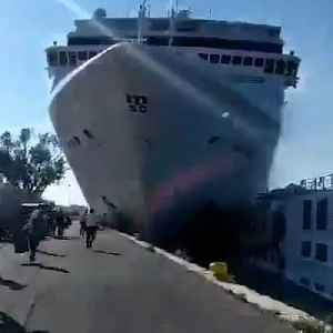 Out-of-control cruise ship slams into a tourist boat [Video]