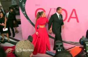 Jennifer Lopez picks up the Fashion Icon Award from the CFDA [Video]