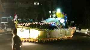 Parade of cars decorated with giant ornaments drive through Indonesian city for Eid al-Fitr [Video]